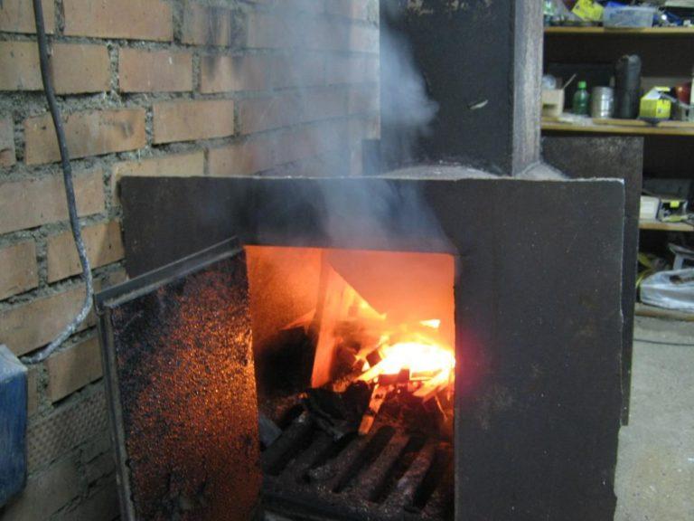 печка дымит при открытой дверце